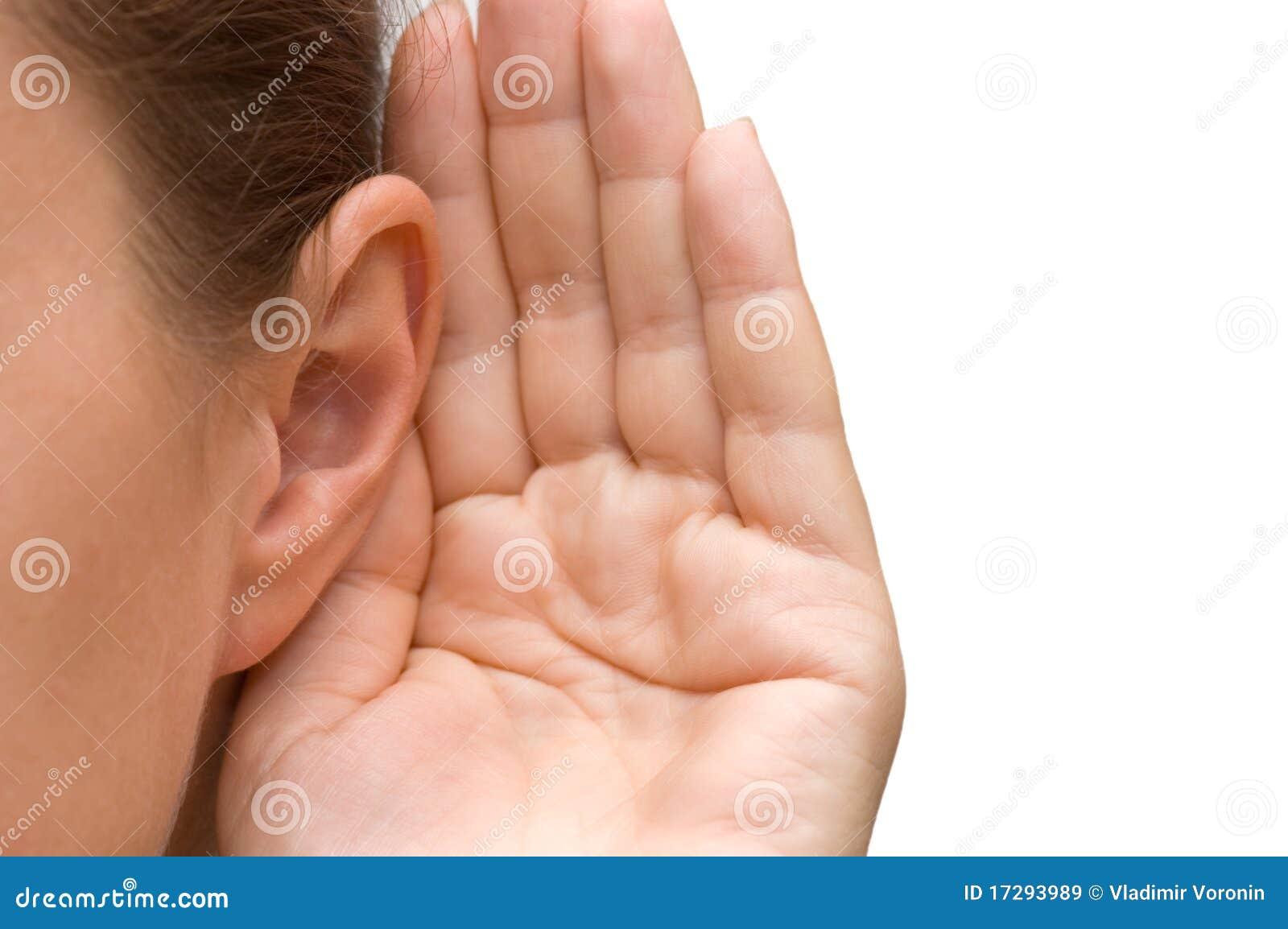 Ragazza che ascolta con la sua mano su un orecchio