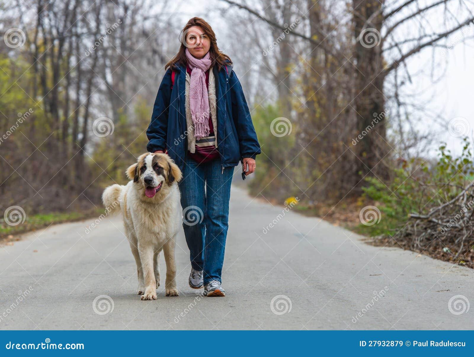 Ragazza addestra il suo fidanzato come un bravo cane 8