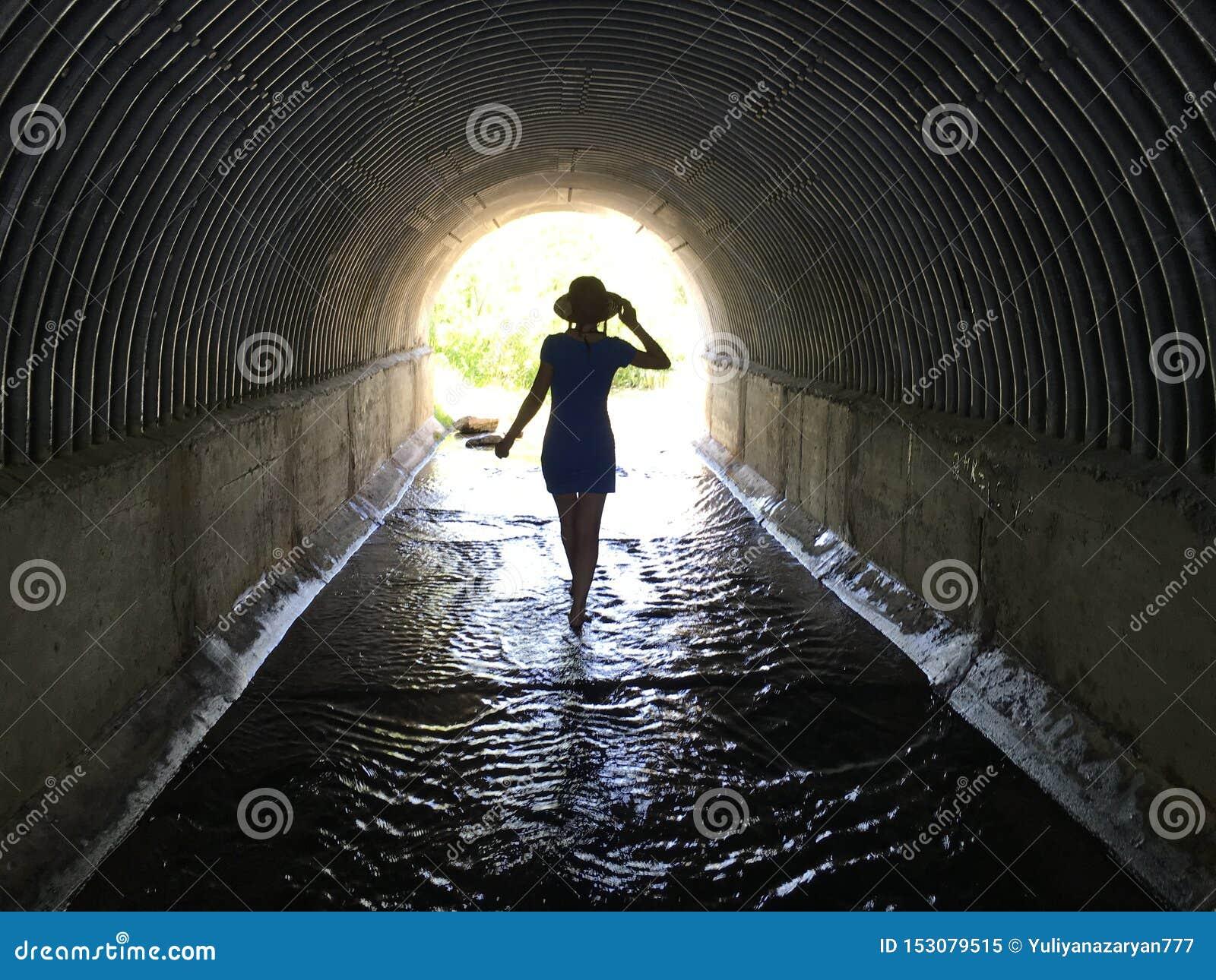 Sognare Di Camminare Scalzi ragazza che cammina a piedi nudi attraverso l'acqua in un