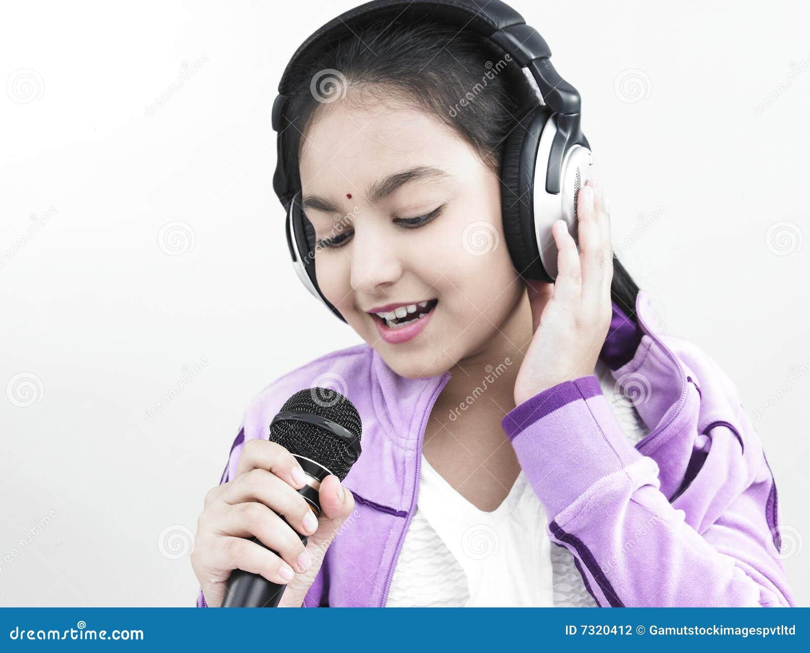 Ragazza che canta nel suo microfono