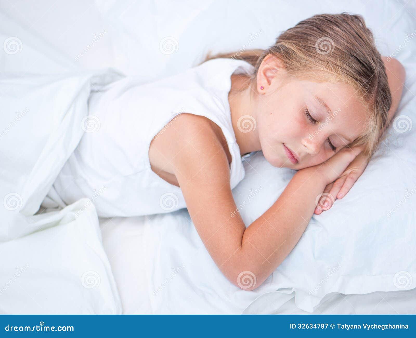 Ragazza che dorme nel letto bianco immagine stock - Foto di innamorati a letto ...