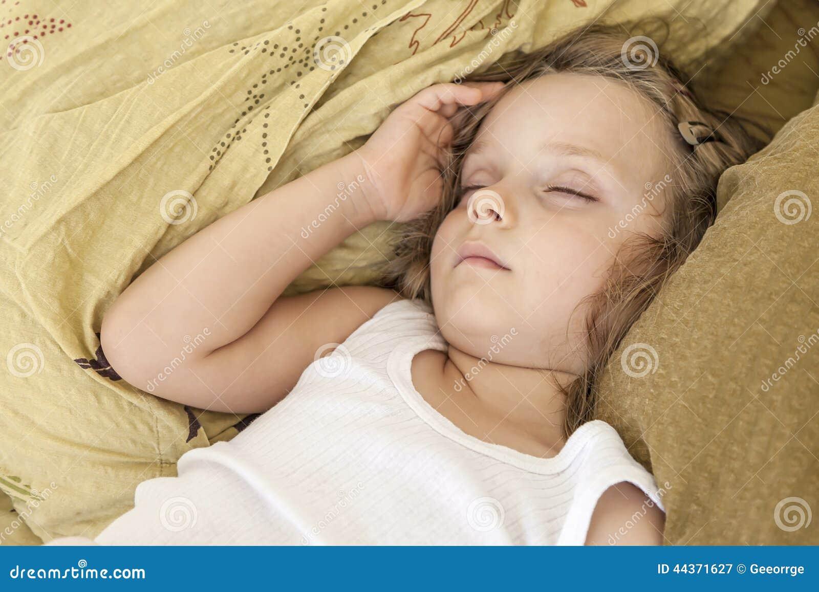 Ragazza che dorme pacificamente