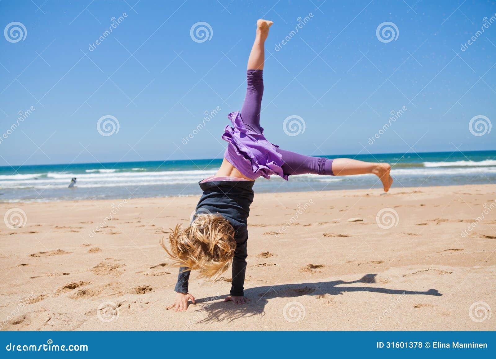 Ragazza Che Gioca Sulla Spiaggia Giorno Pieno Di Sole Di