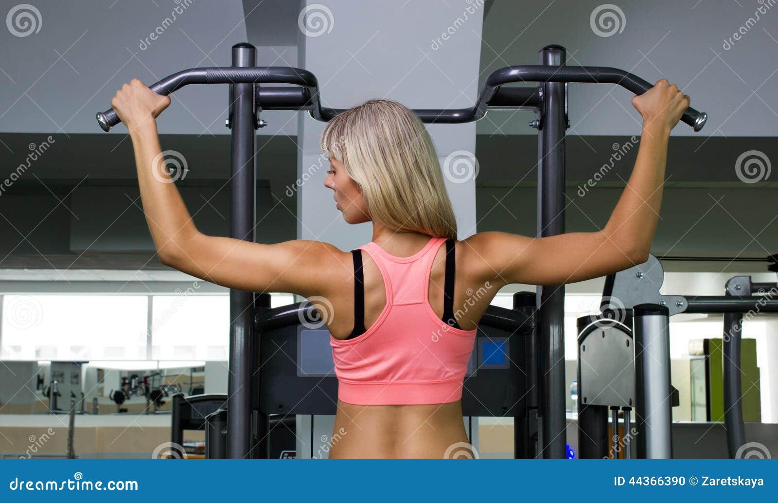 Ragazza che fa esercizio atletico