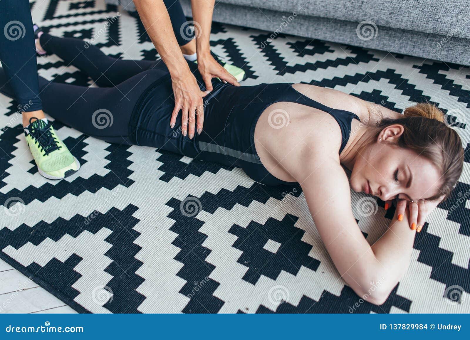 Ragazza che fa massaggio di rilassamento all amica dopo l allenamento