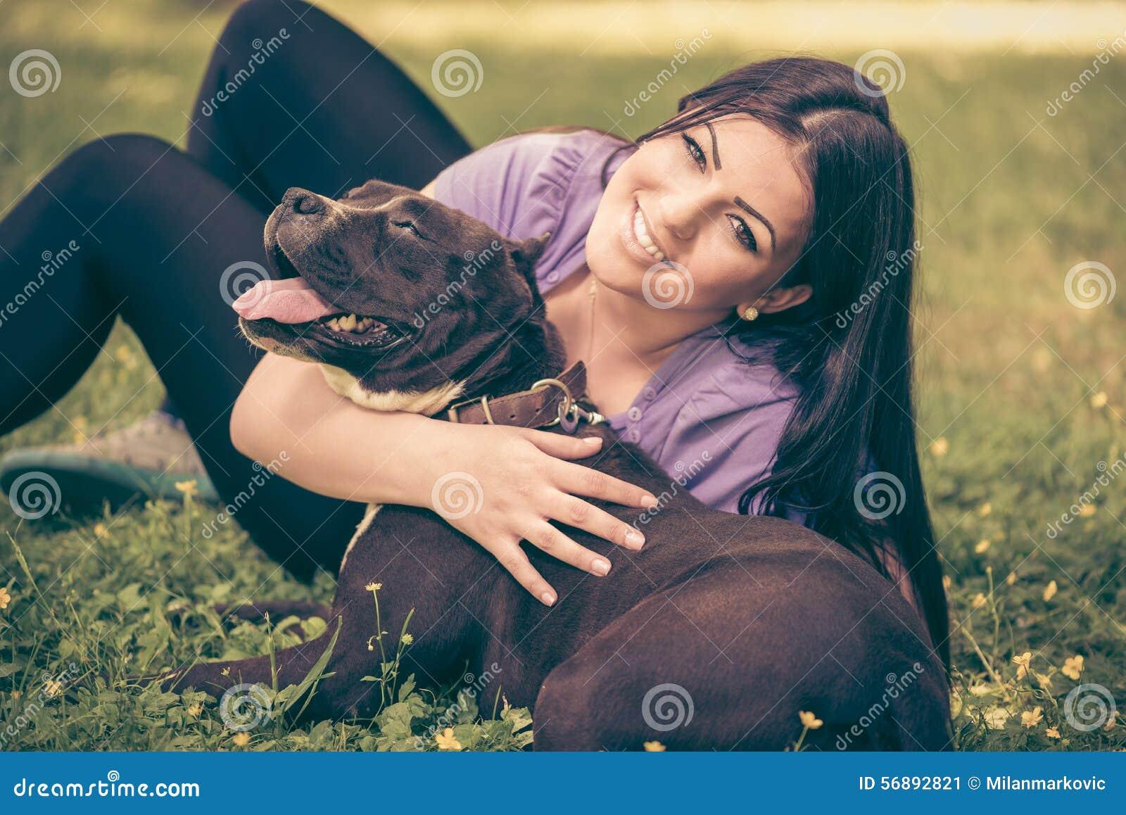 Ragazza che gioca con il cane