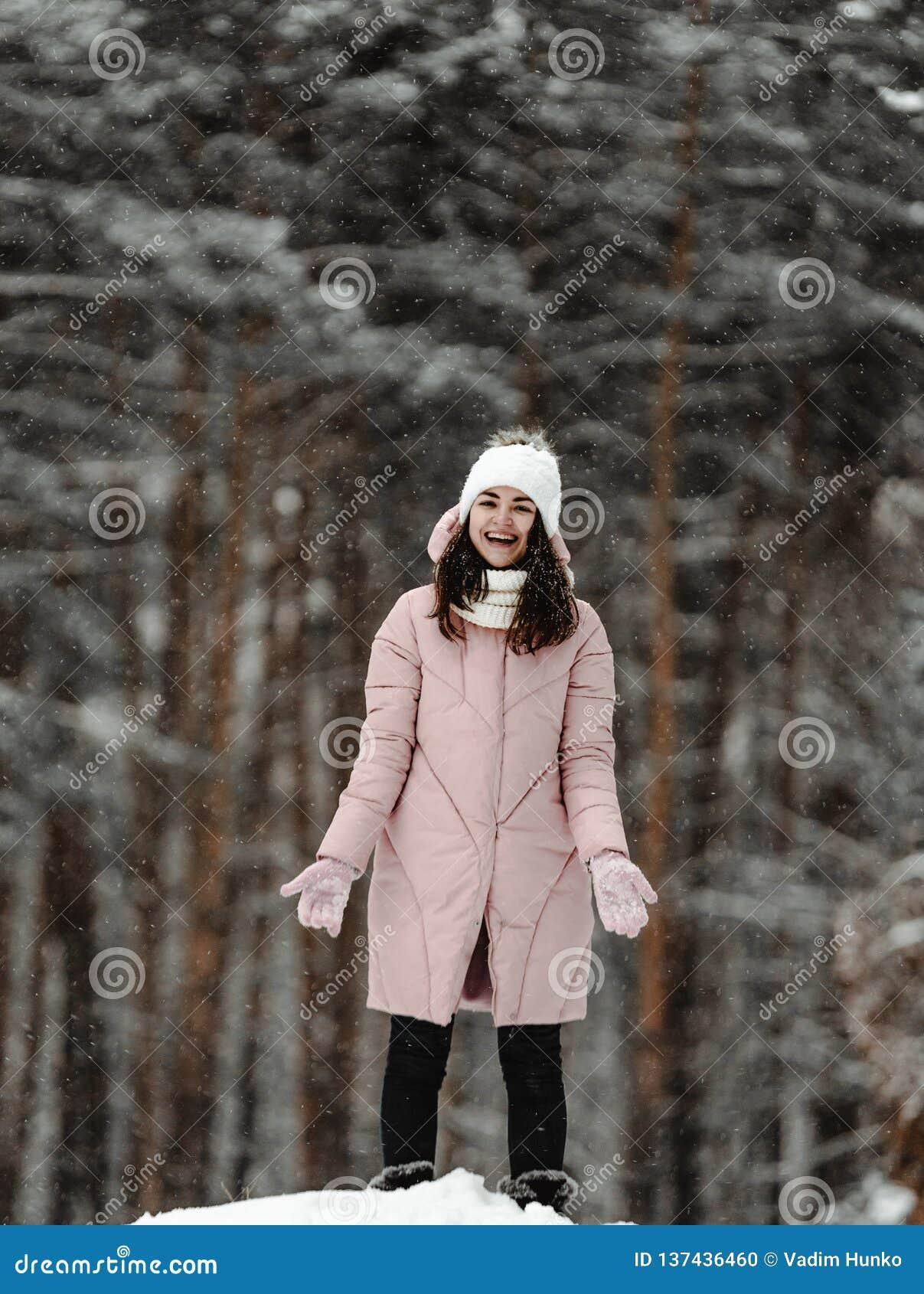 Ragazza che gioca con la neve in parco