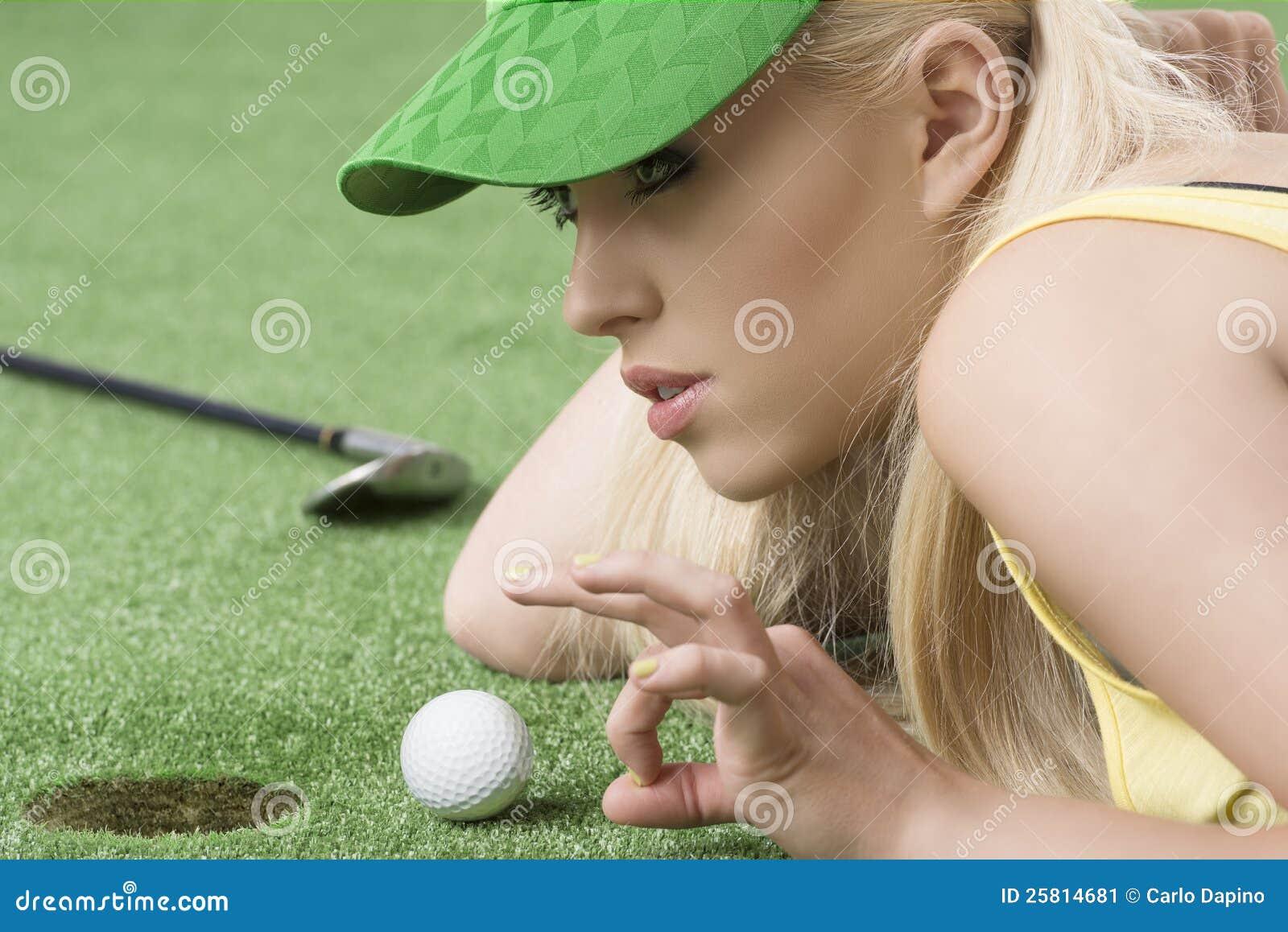 Ragazza che gioca con la sfera di golf, è nel profilo