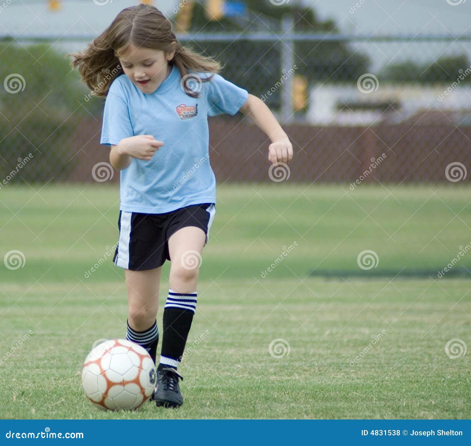 Ragazza che gioca gioco del calcio