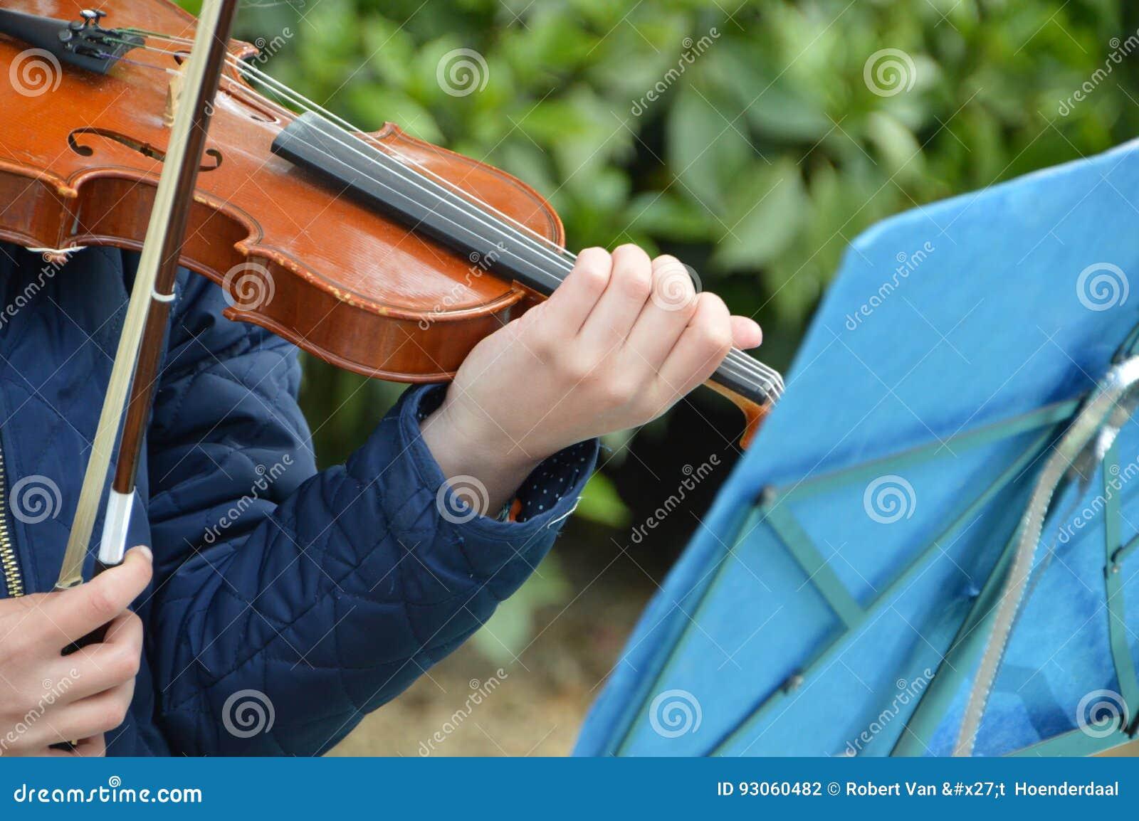 Ragazza che gioca il violino