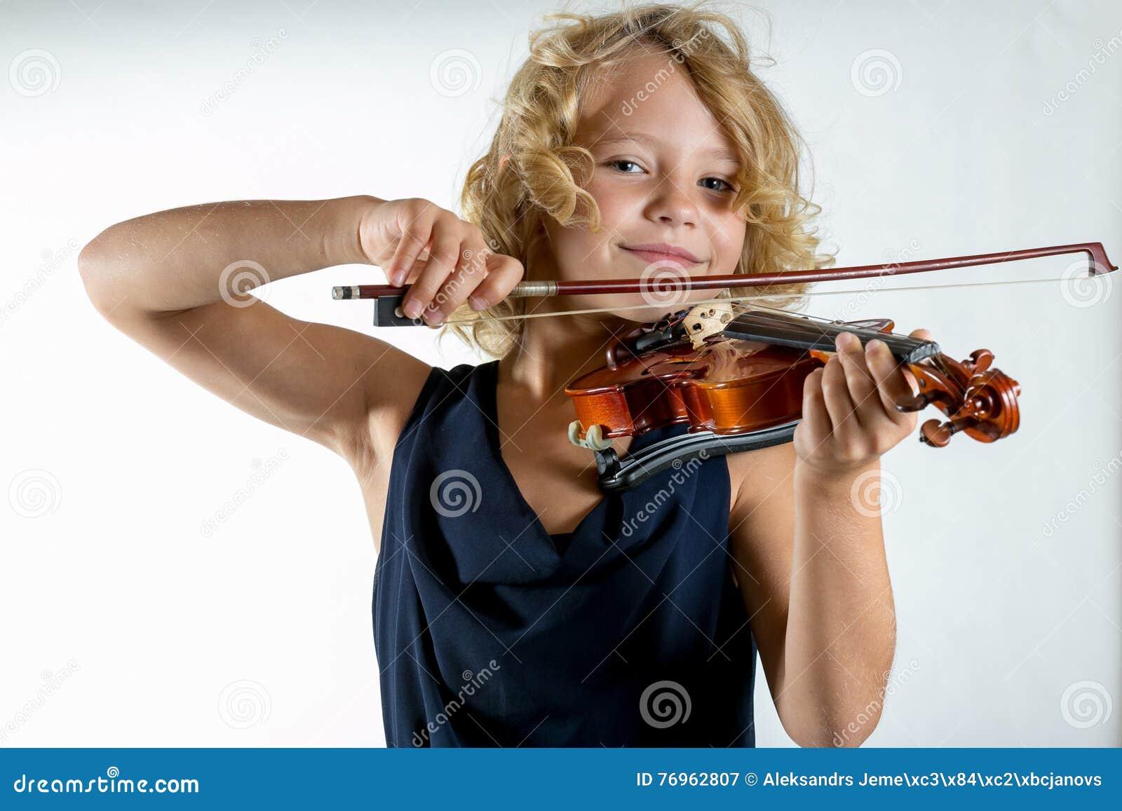 Ragazza che gioca un violino su bianco