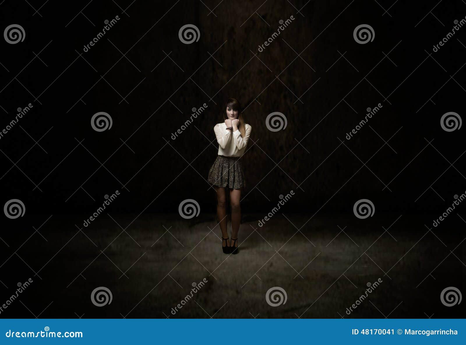 Ragazza che guarda in una stanza scura