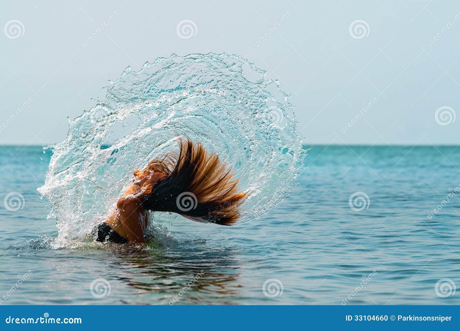 Ragazza che lancia capelli in acqua