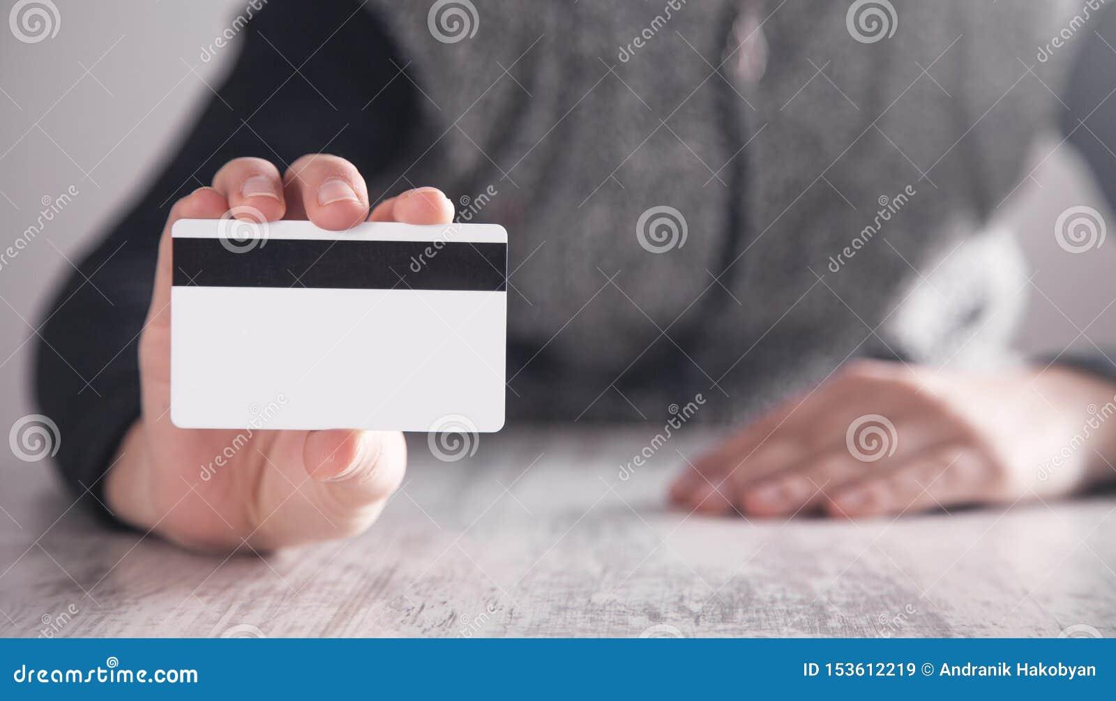 Ragazza che mostra la carta di credito nell ufficio Affare