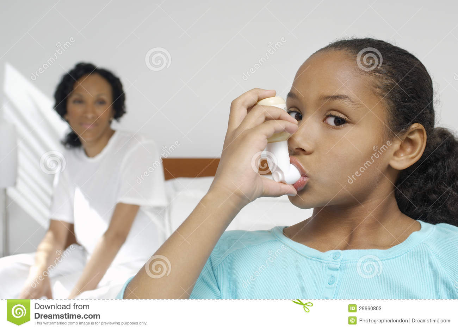 Ragazza che per mezzo dell inalatore di asma