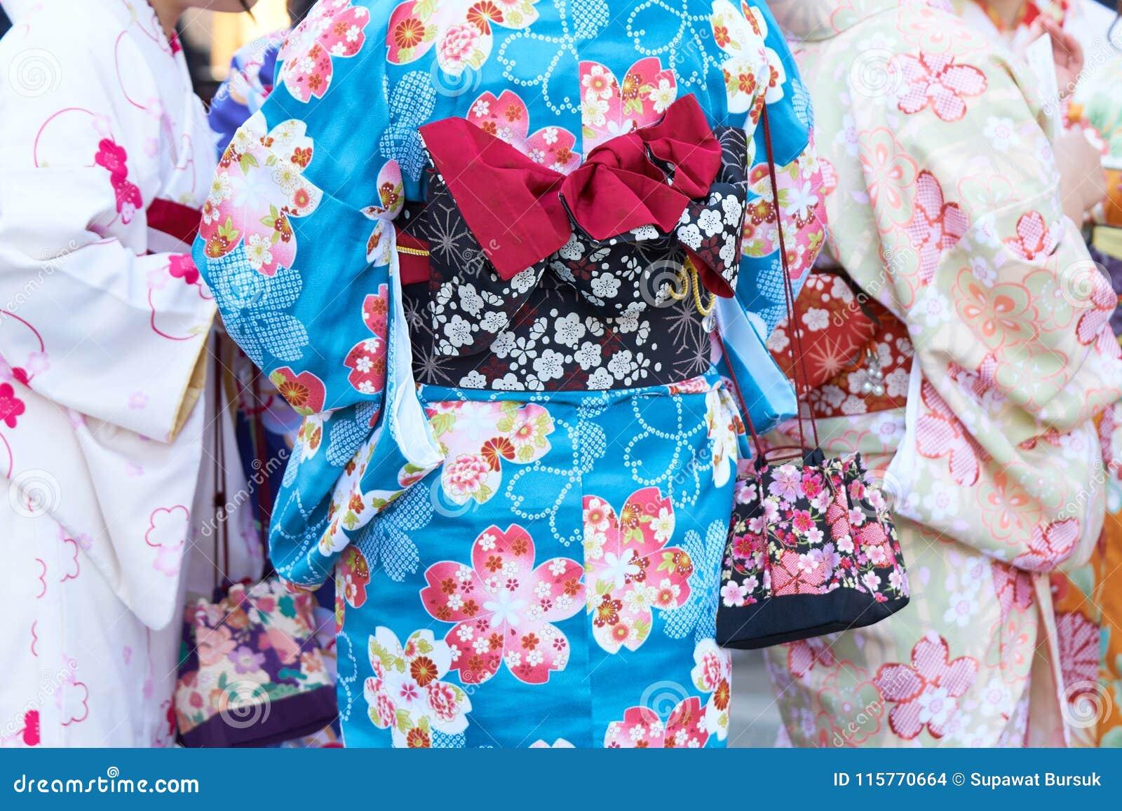 Ragazza che porta kimono giapponese che sta davanti al tempio di Sensoji a Tokyo, Giappone Il kimono è un indumento tradizionale
