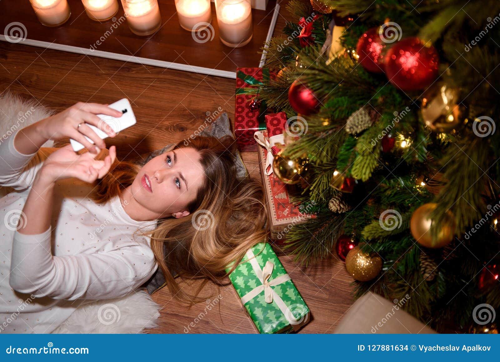 Ragazza che prende un selfie del nuovo anno in un area decorata