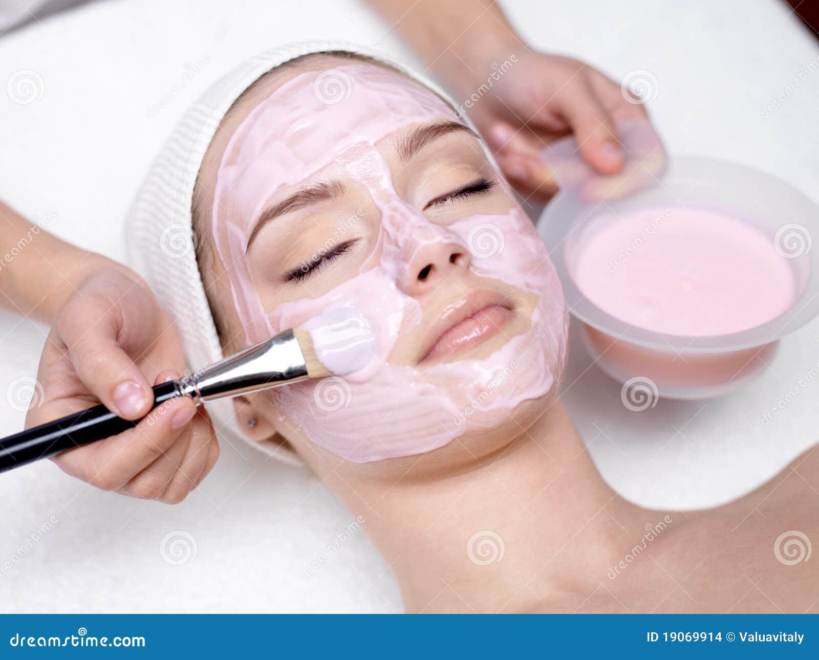 Ragazza che riceve mascherina facciale dentellare cosmetica