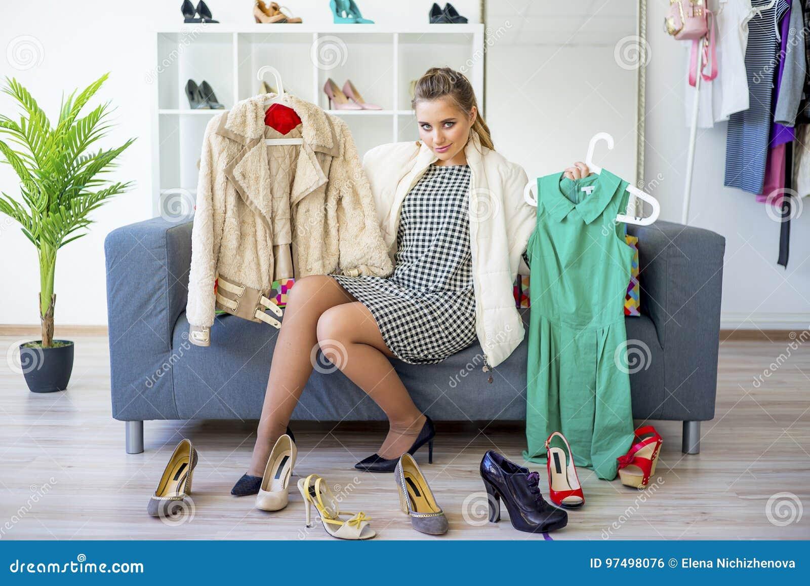 Ragazza che sceglie i vestiti