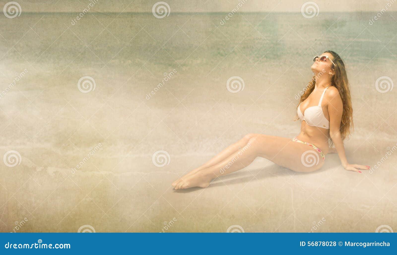 Ragazza che si abbronza sulla spiaggia