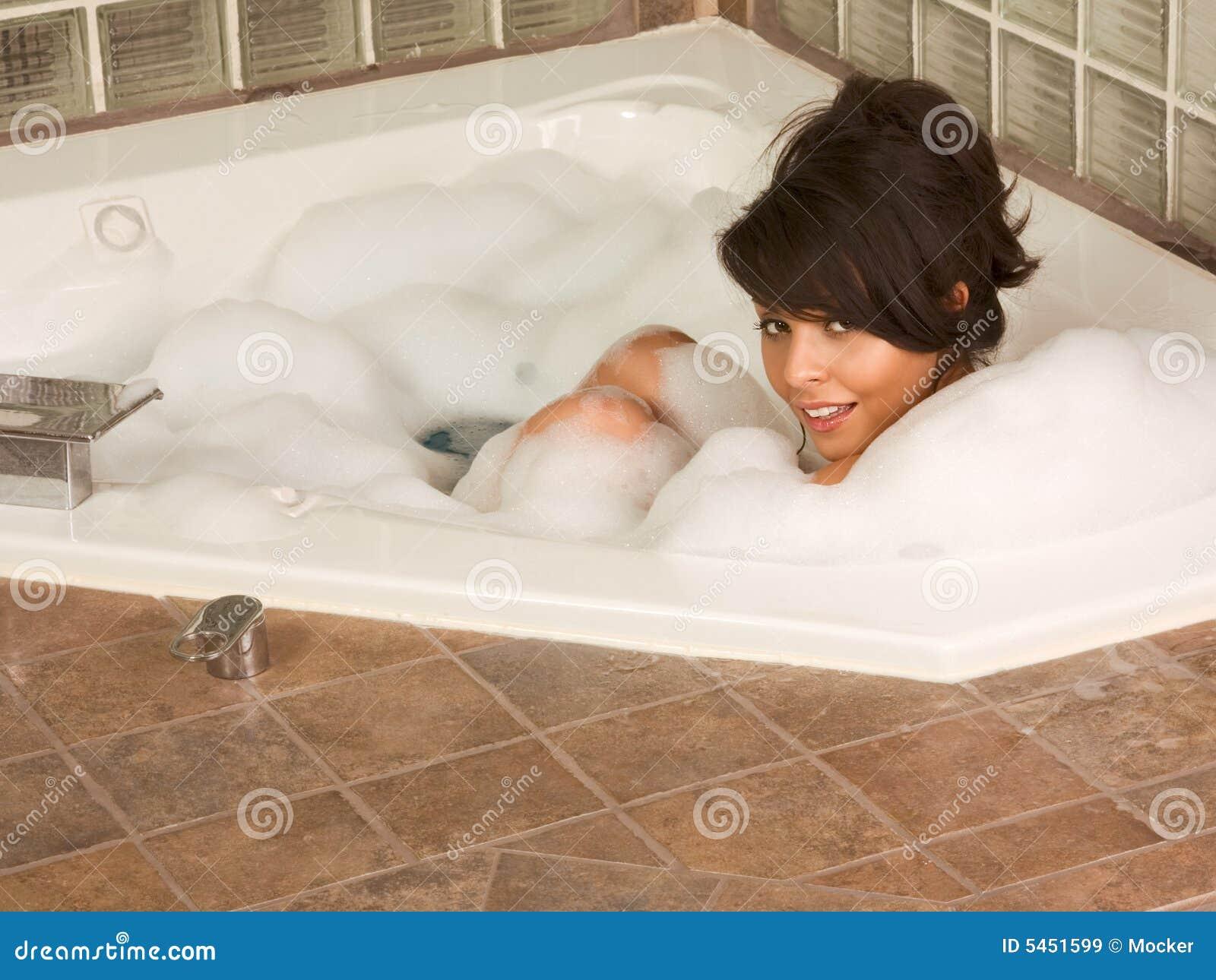 Ragazza che si distende nel bagno della gomma piuma - Nel bagno della scuola ...