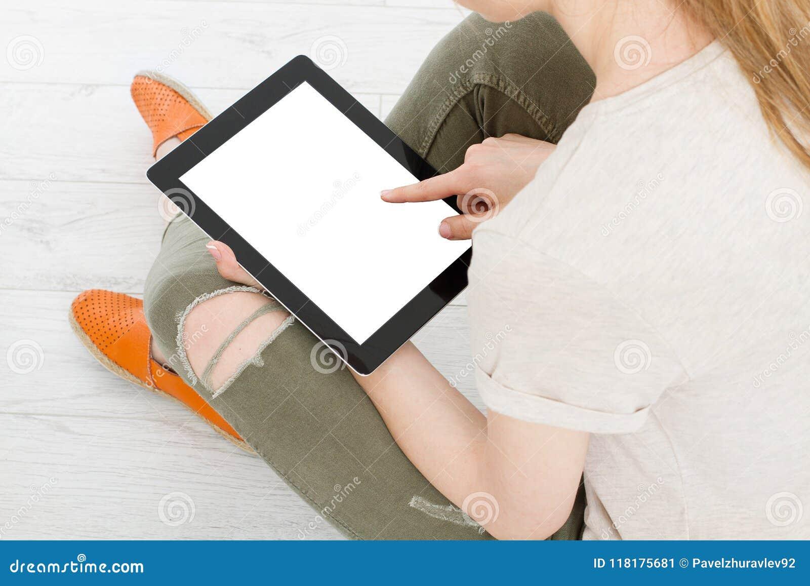 Ragazza che si siede con la compressa in mani Vista superiore Derisione su Copi lo spazio mascherina blank
