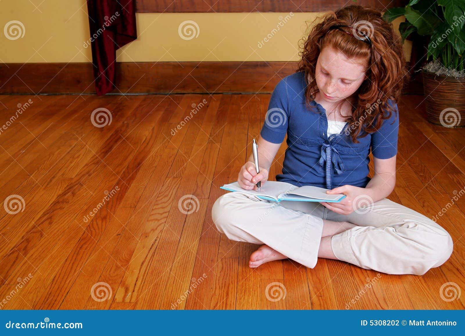 Download Ragazza Che Si Siede Sulla Scrittura Del Pavimento Fotografia Stock - Immagine di nota, pavimento: 5308202