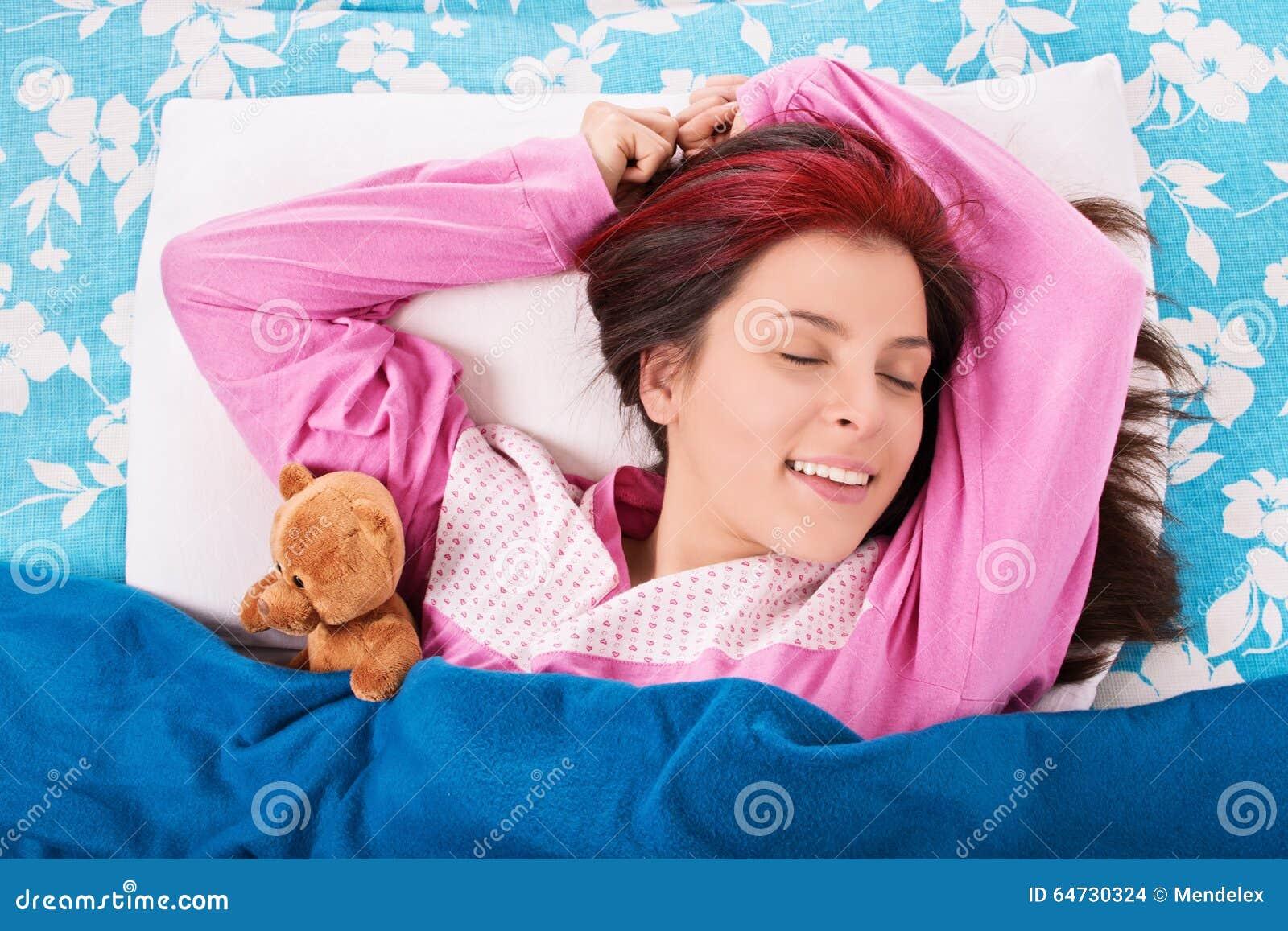 Ragazza che sveglia da un sonno della buona notte