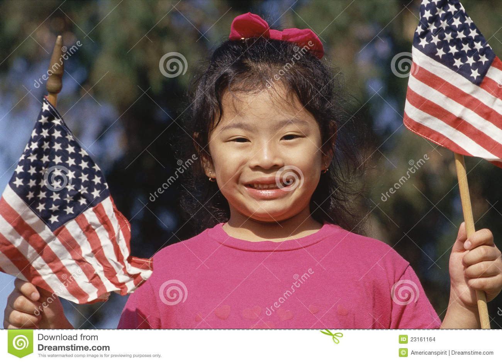 Ragazza che tiene la bandiera americana