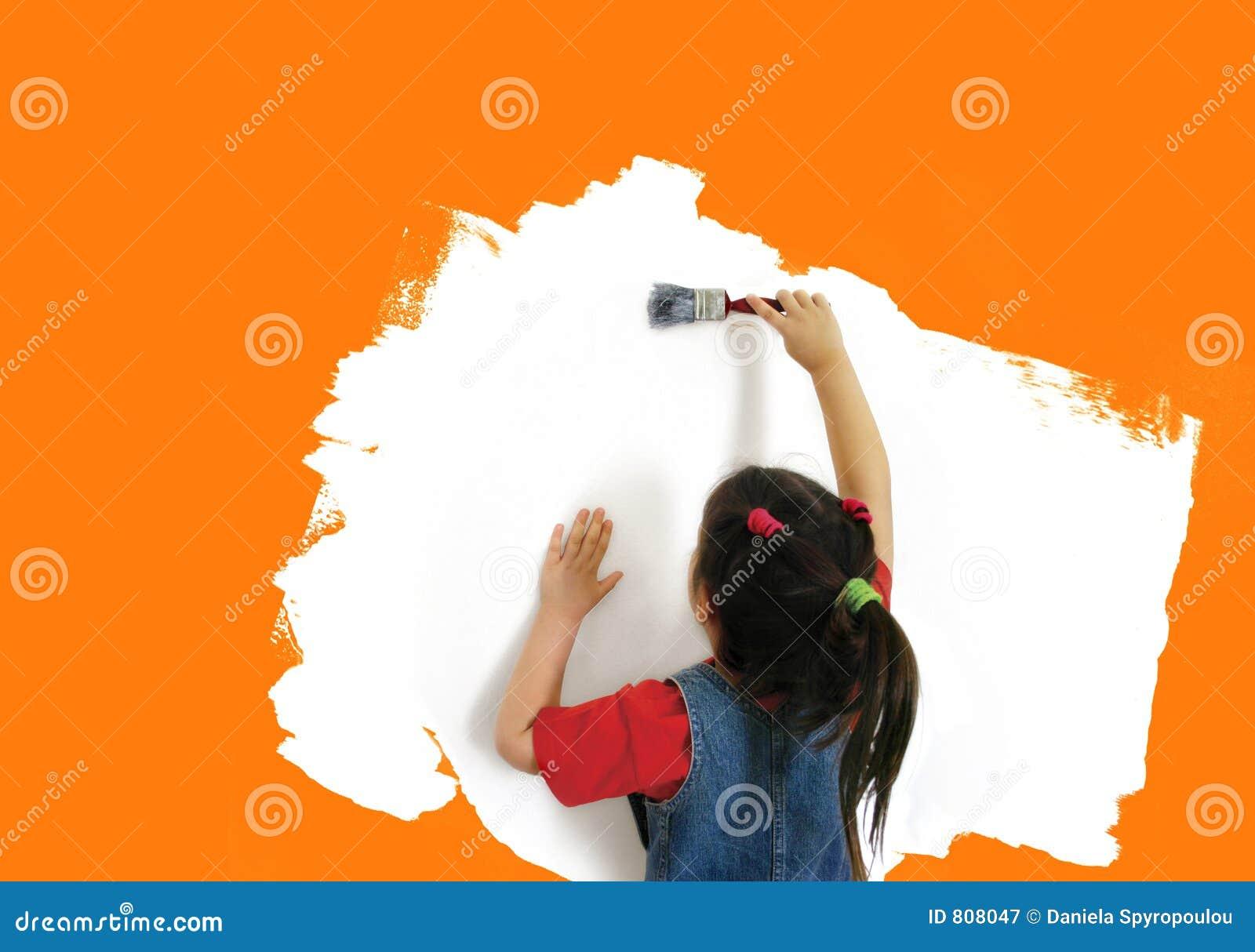 Ragazza che vernicia una parete
