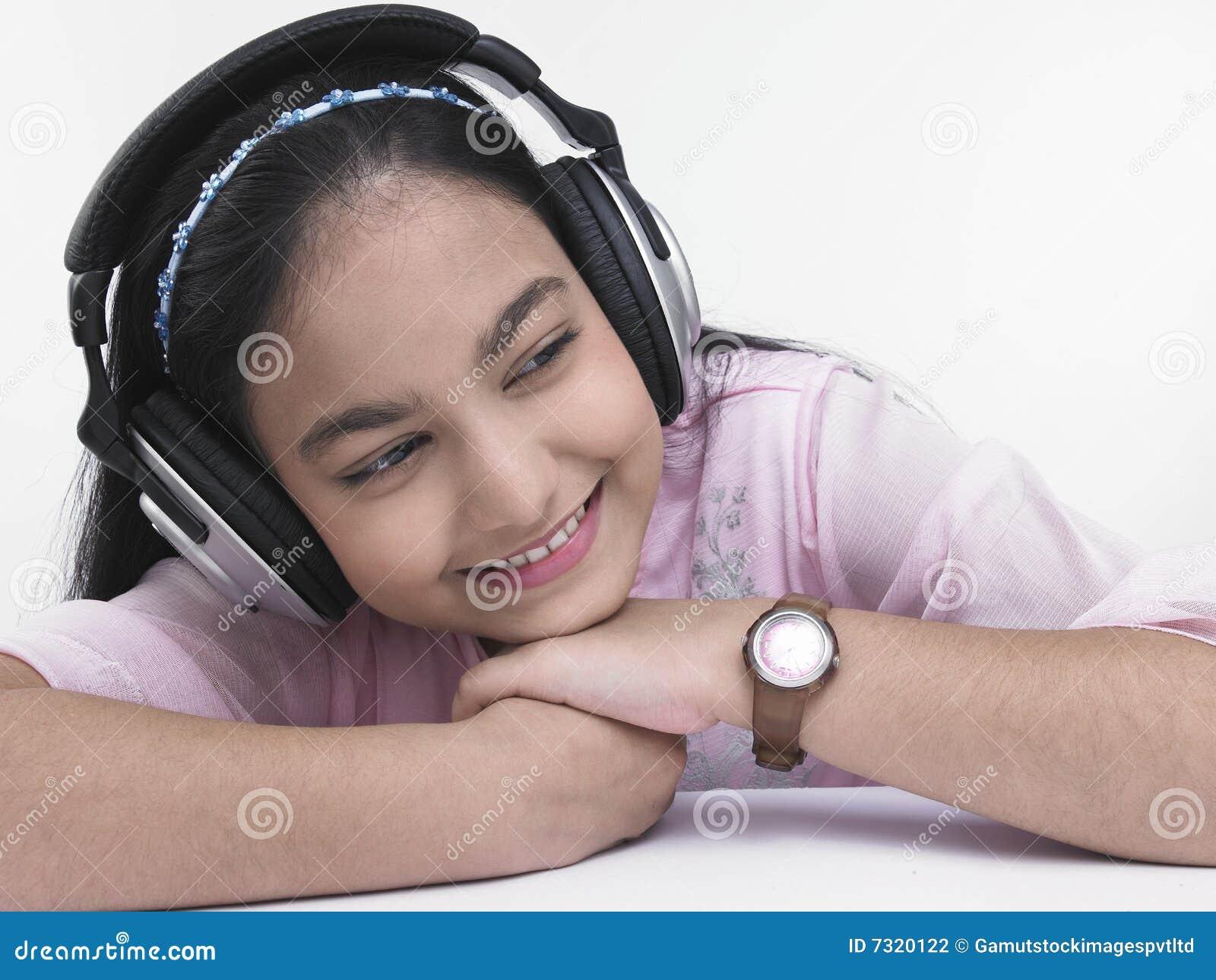 Ragazza chegode dell ascoltare la musica