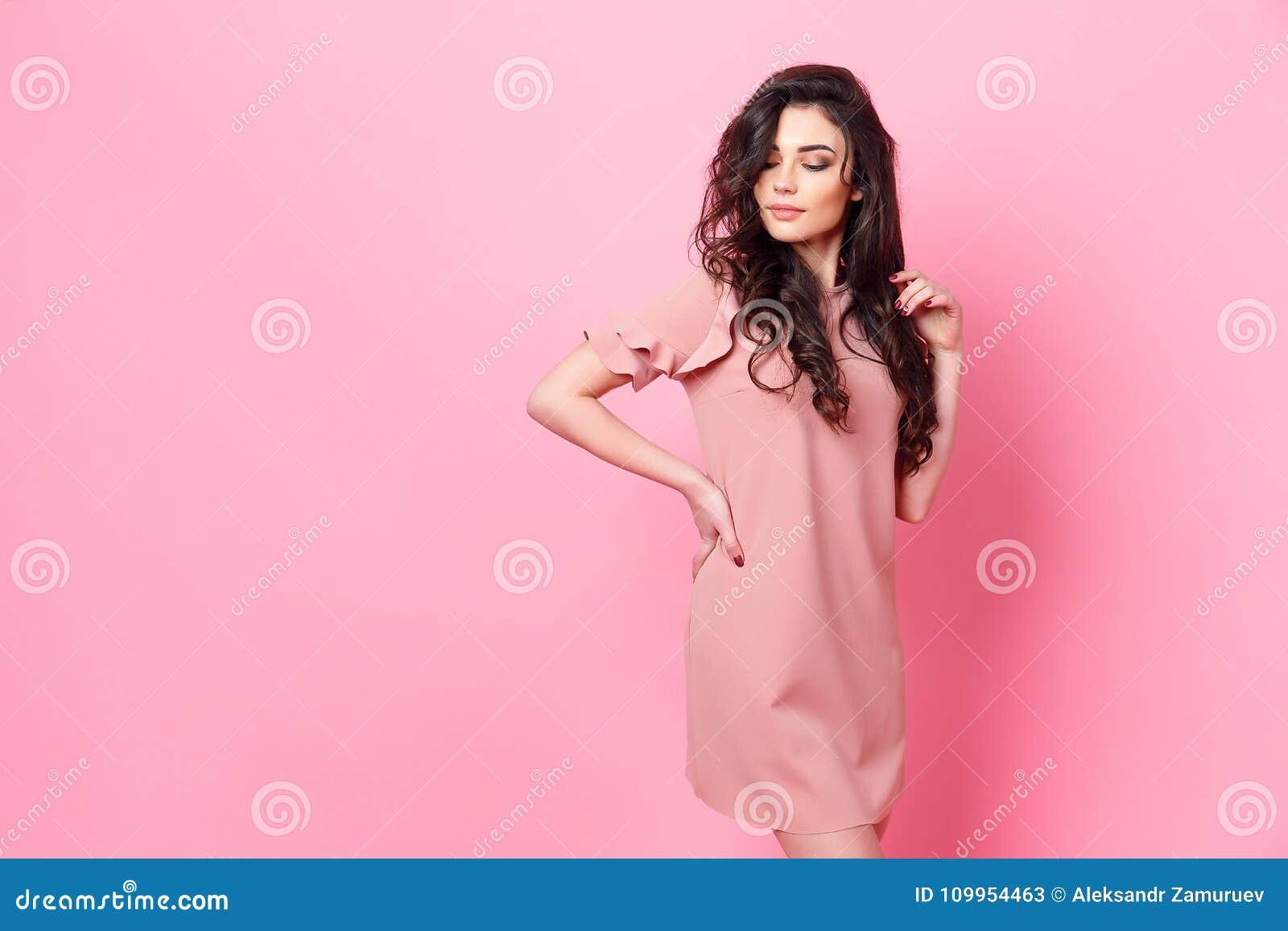 buy online 735ad 3f913 Ragazza Con Capelli Ricci Lunghi In Un Vestito Rosa Immagine ...