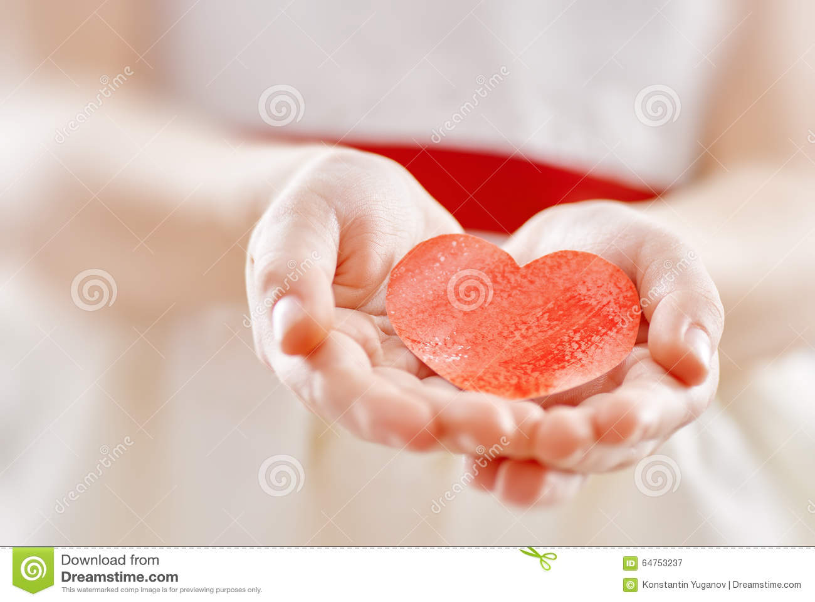 Ragazza con cuore rosso