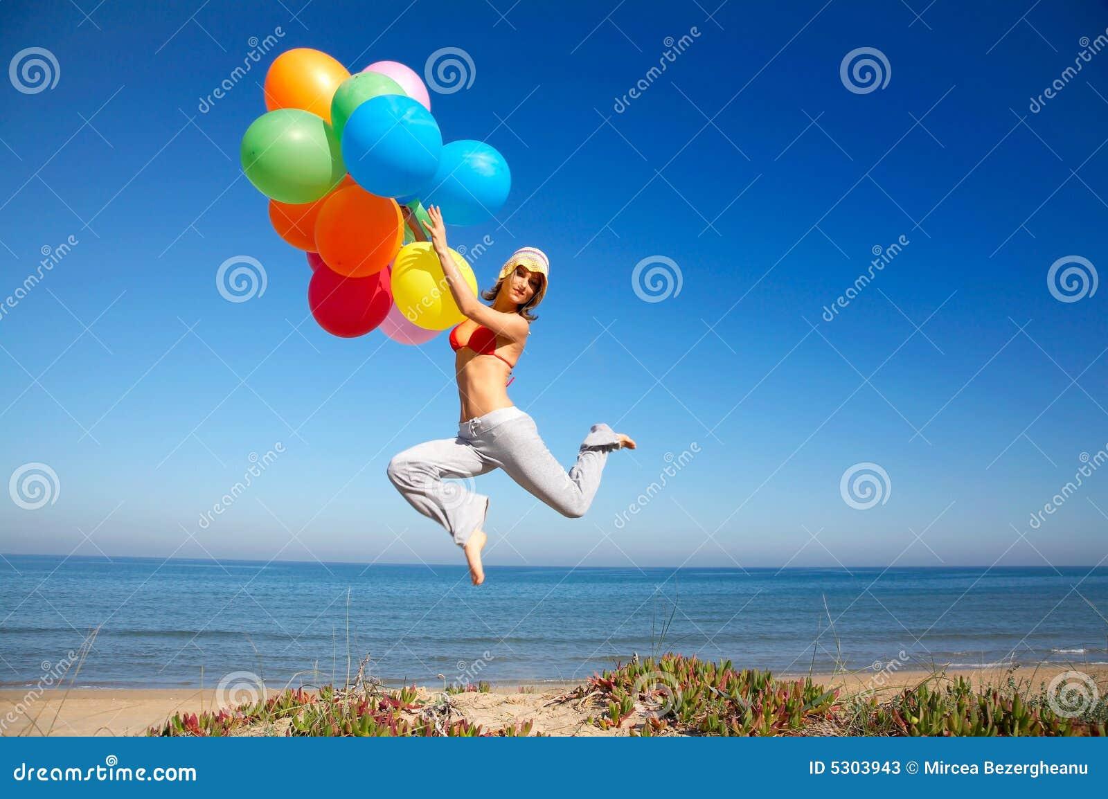 Download Ragazza Con Gli Aerostati Variopinti Che Saltano Sulla Spiaggia Immagine Stock - Immagine di spiaggia, aerostato: 5303943