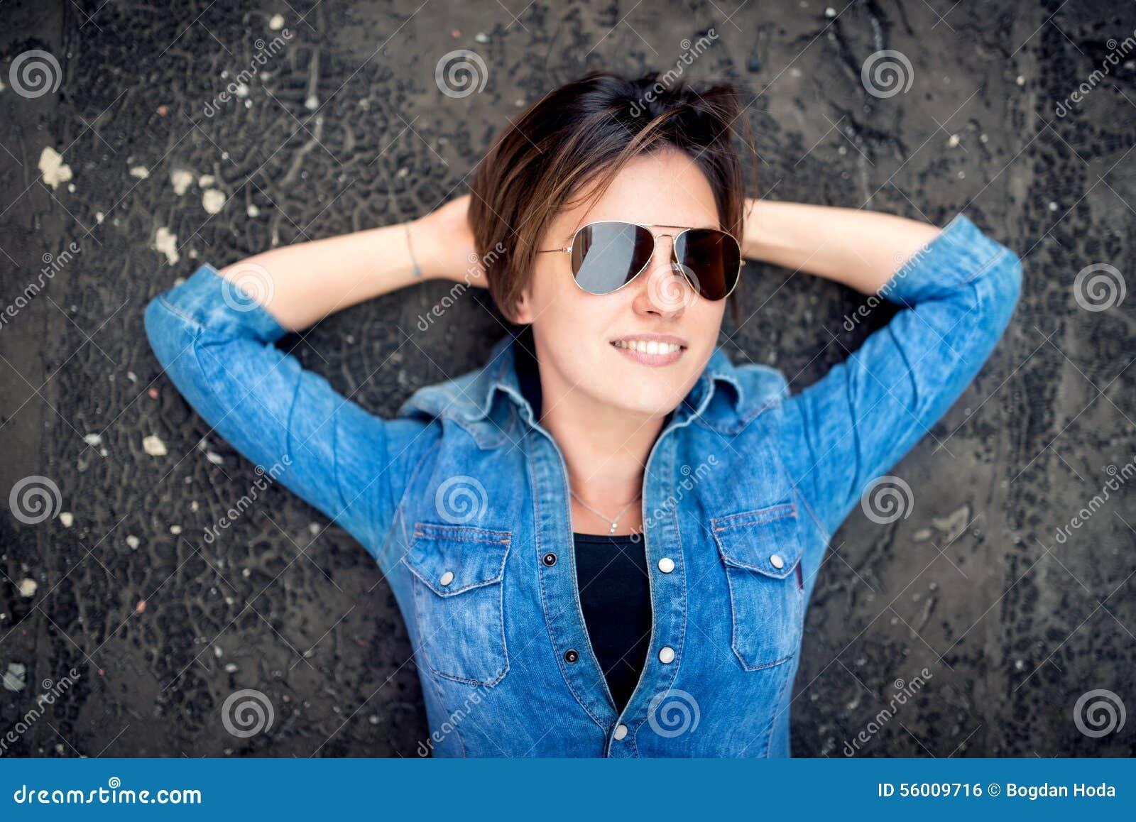 Che Ragazza Da E Ride Con In Occhiali Gli Sole SorrideAndante lJ1cTF3K