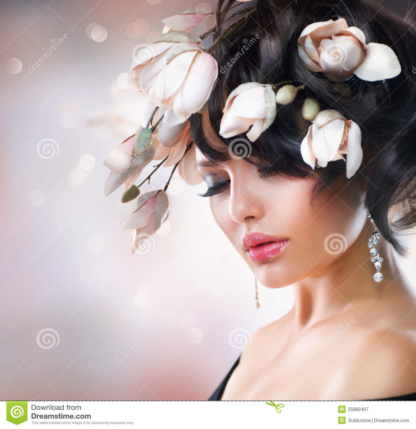 Ragazza con i fiori della magnolia