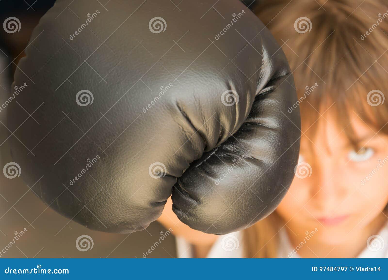 Ragazza con i guanti di inscatolamento