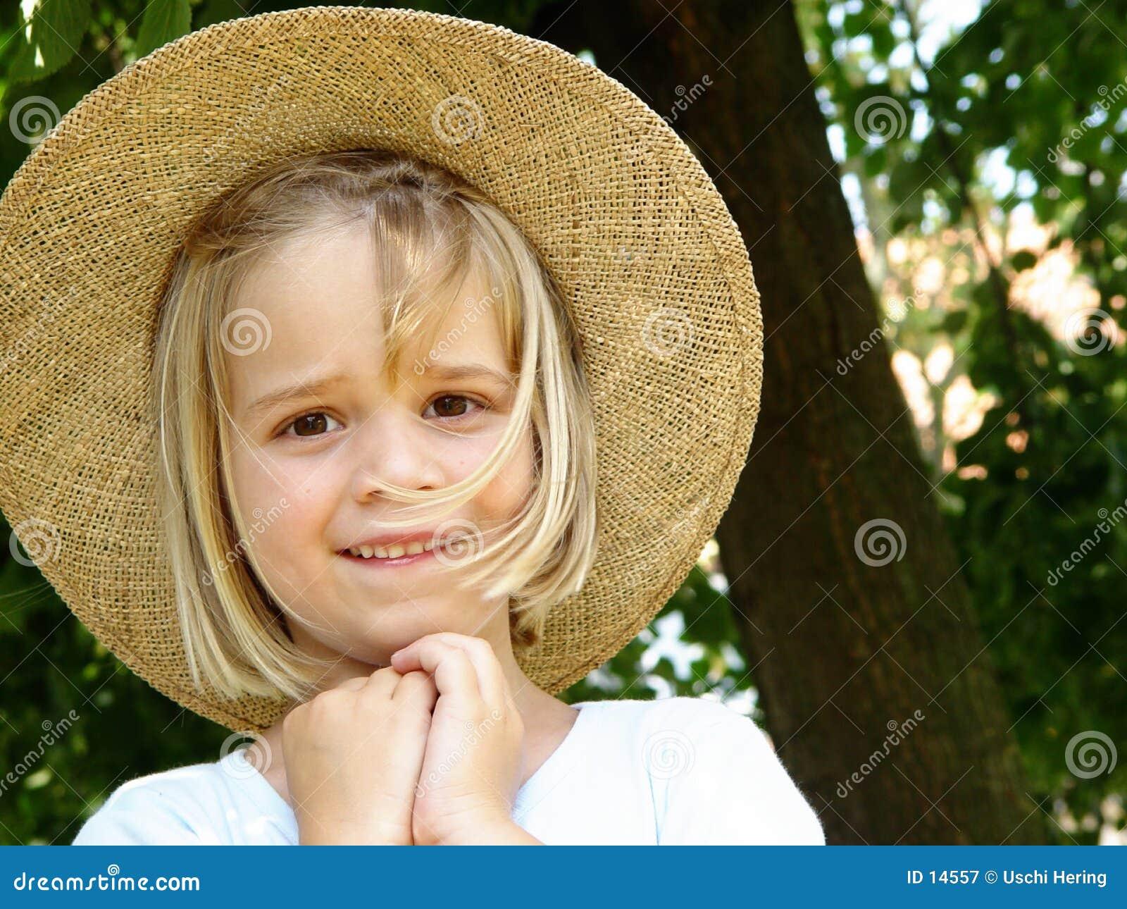 Ragazza con il cappello di paglia