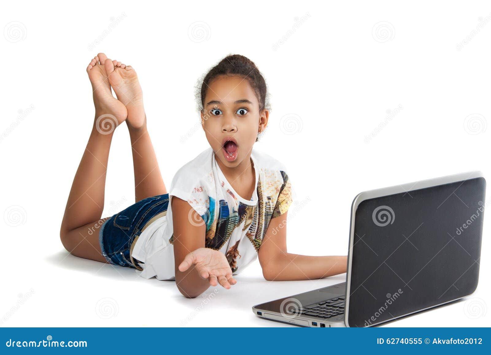 Ragazza con il computer portatile