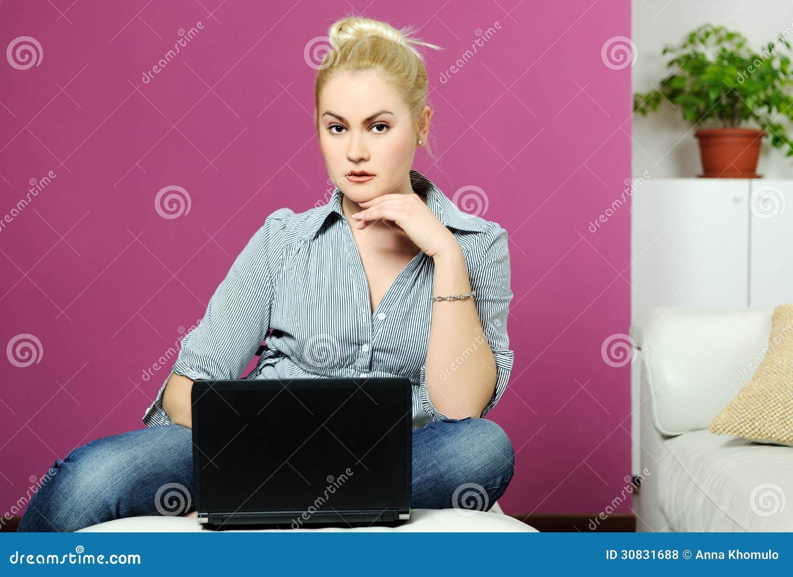 Ragazza con il computer portatile a casa