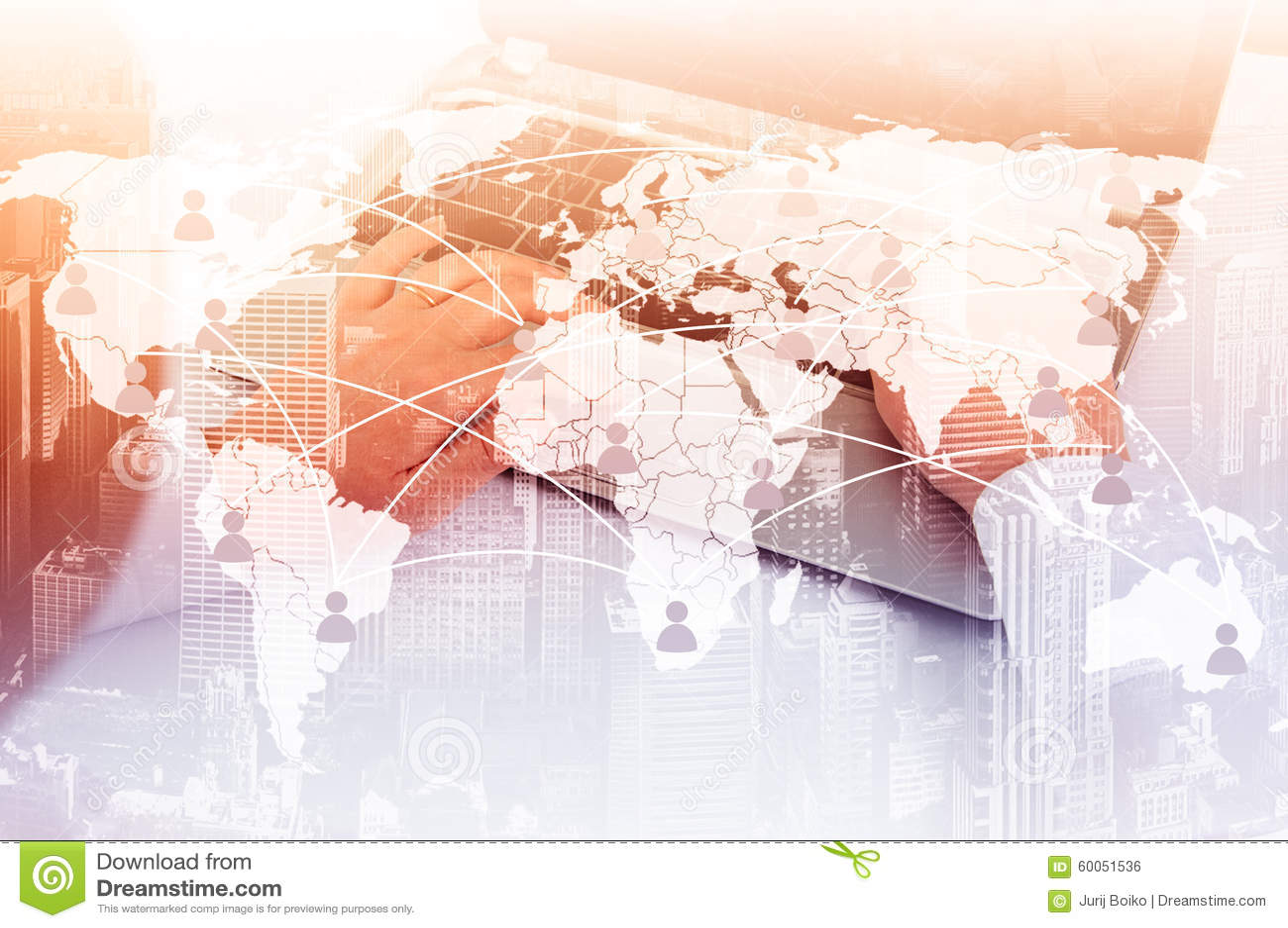 Ragazza con il computer portatile Il concetto della comunicazione virtuale sulla mappa