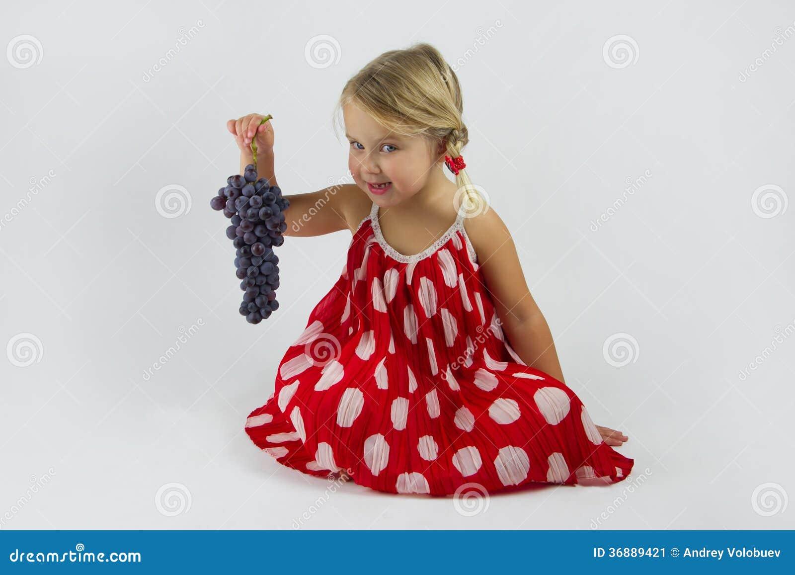 Download Ragazza Con Il Mazzo Di Uva Immagine Stock - Immagine di frutta, bambino: 36889421