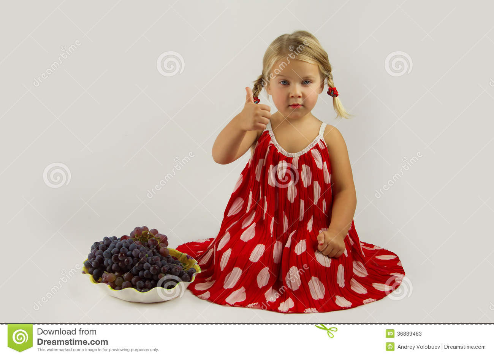 Download Ragazza Con Il Mazzo Di Uva Immagine Stock - Immagine di bambino, puntino: 36889483