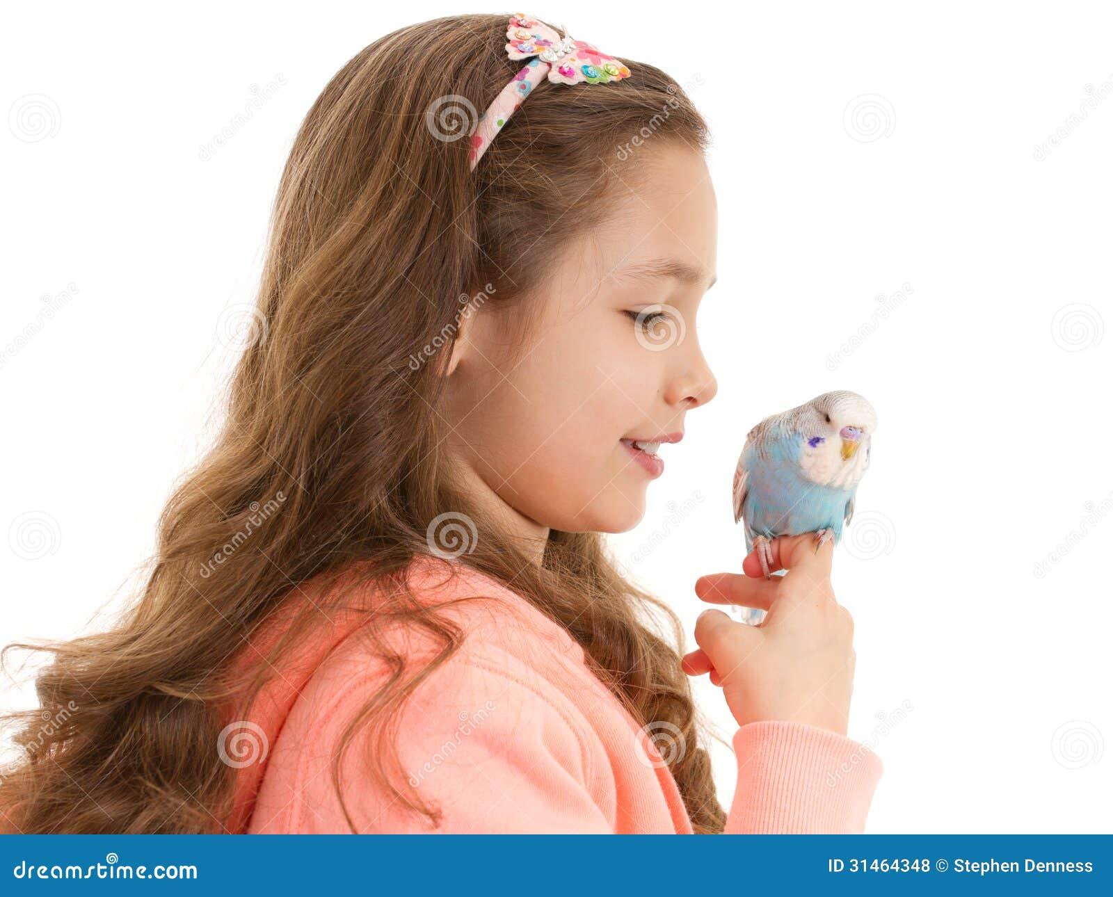 Ragazza con il pappagallino ondulato addomesticato dell uccello dell animale domestico