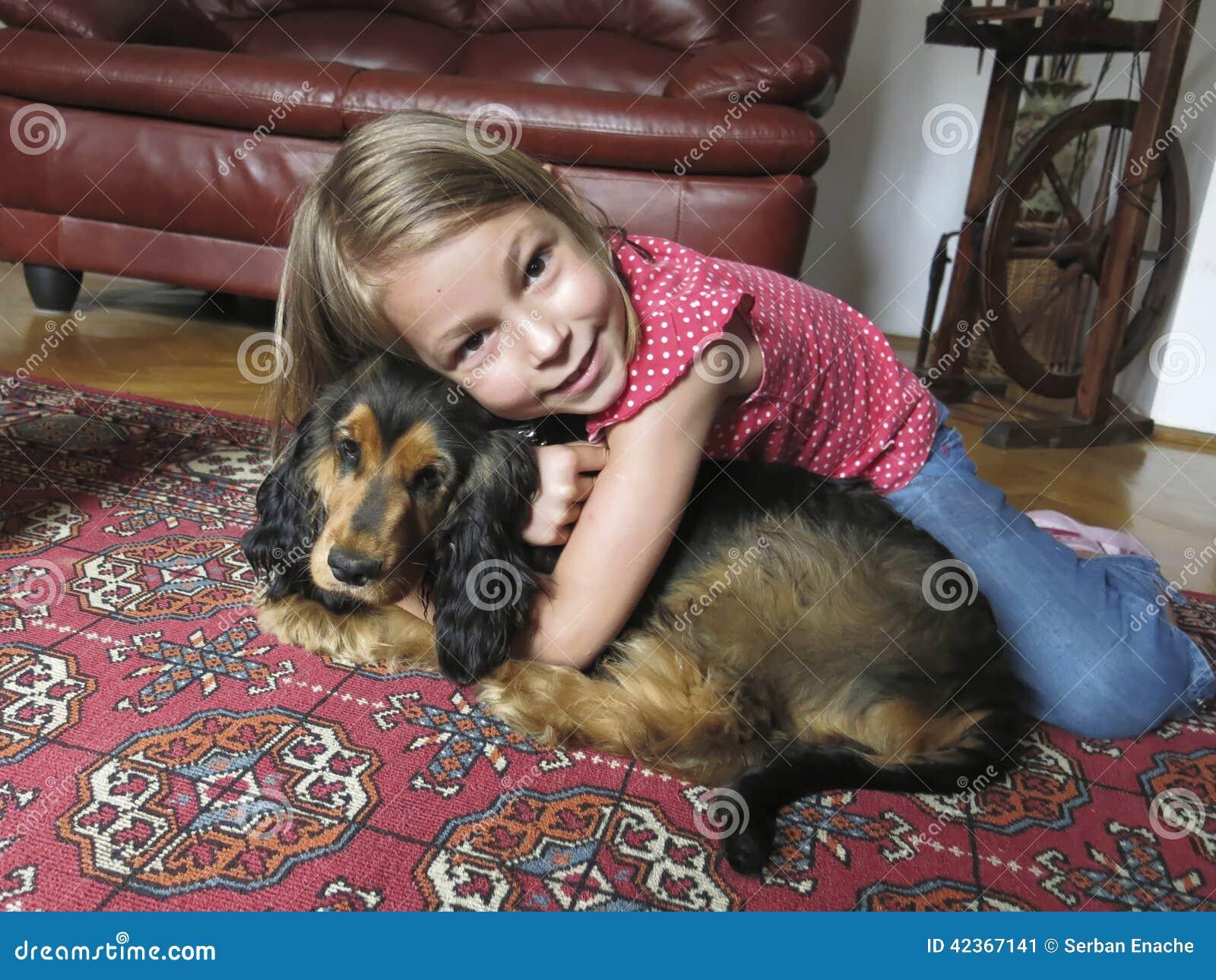 Ragazza con il suo cane di animale domestico