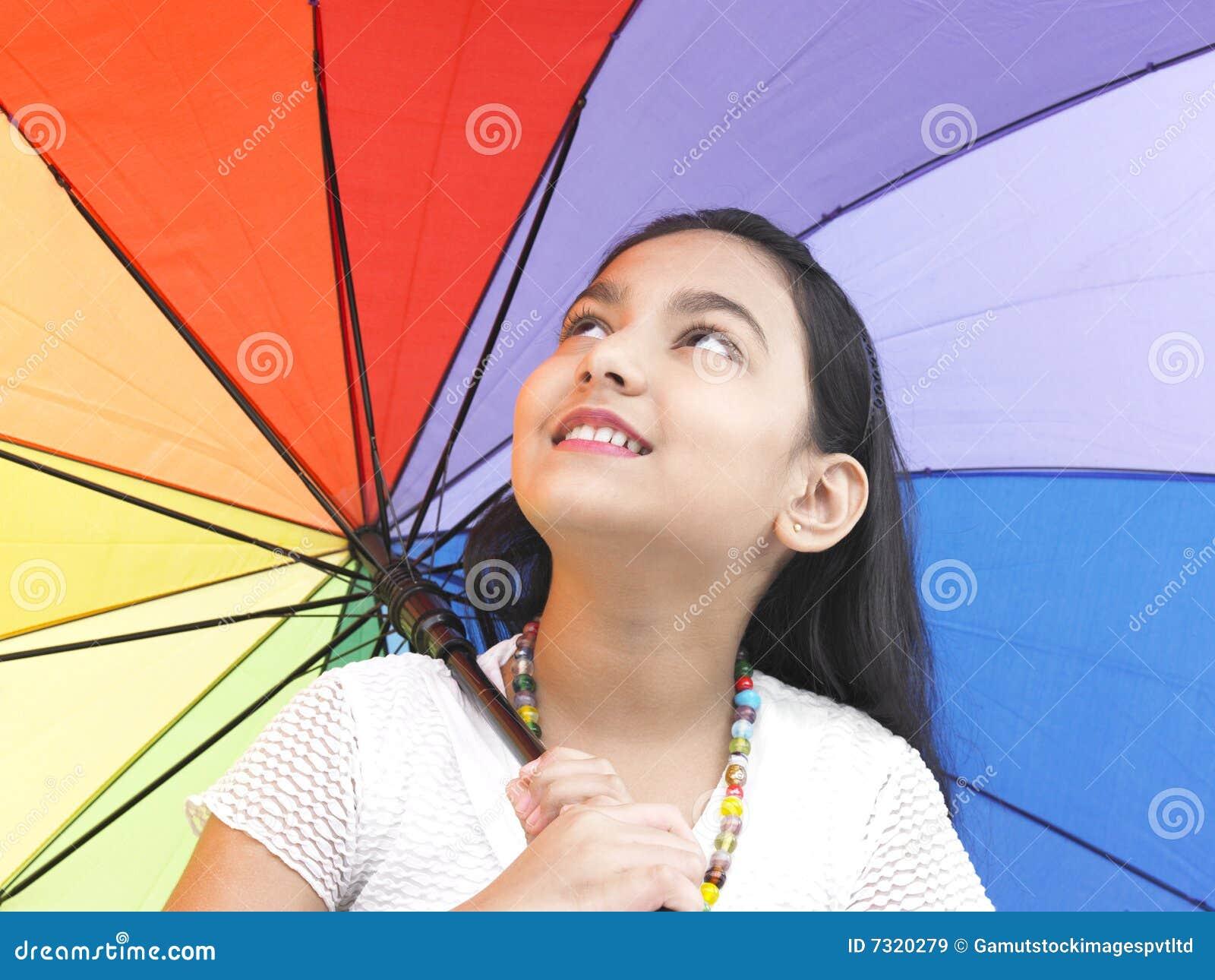 Ragazza con il suo ombrello colourful