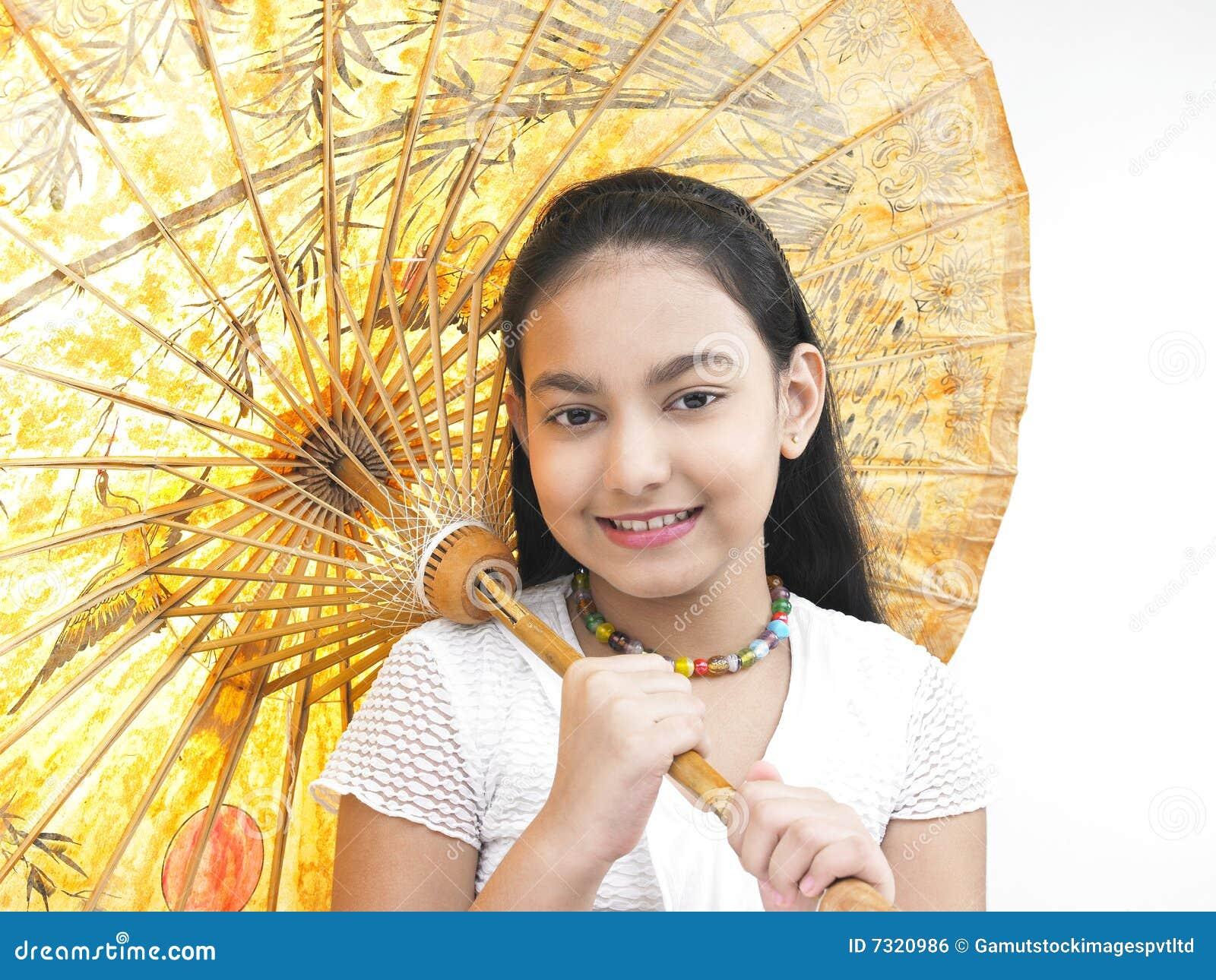 Ragazza con il suo ombrello orientale