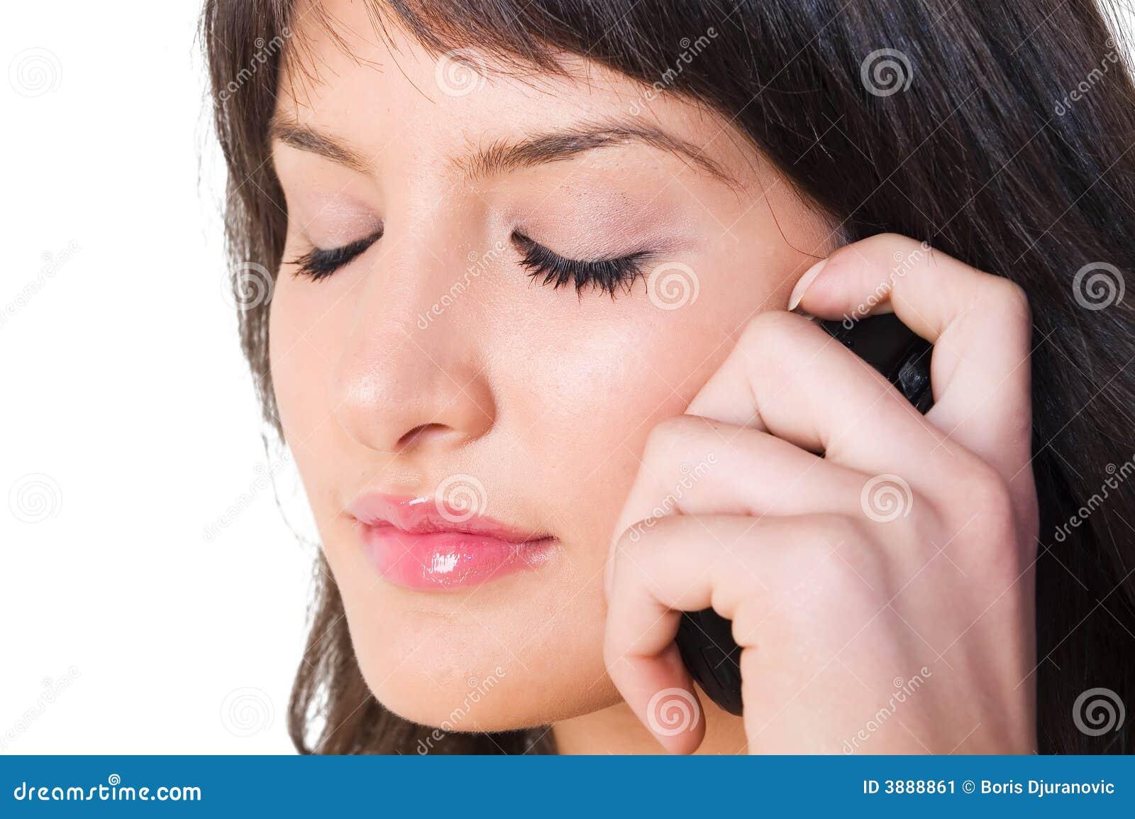 Ragazza con il telefono mobile