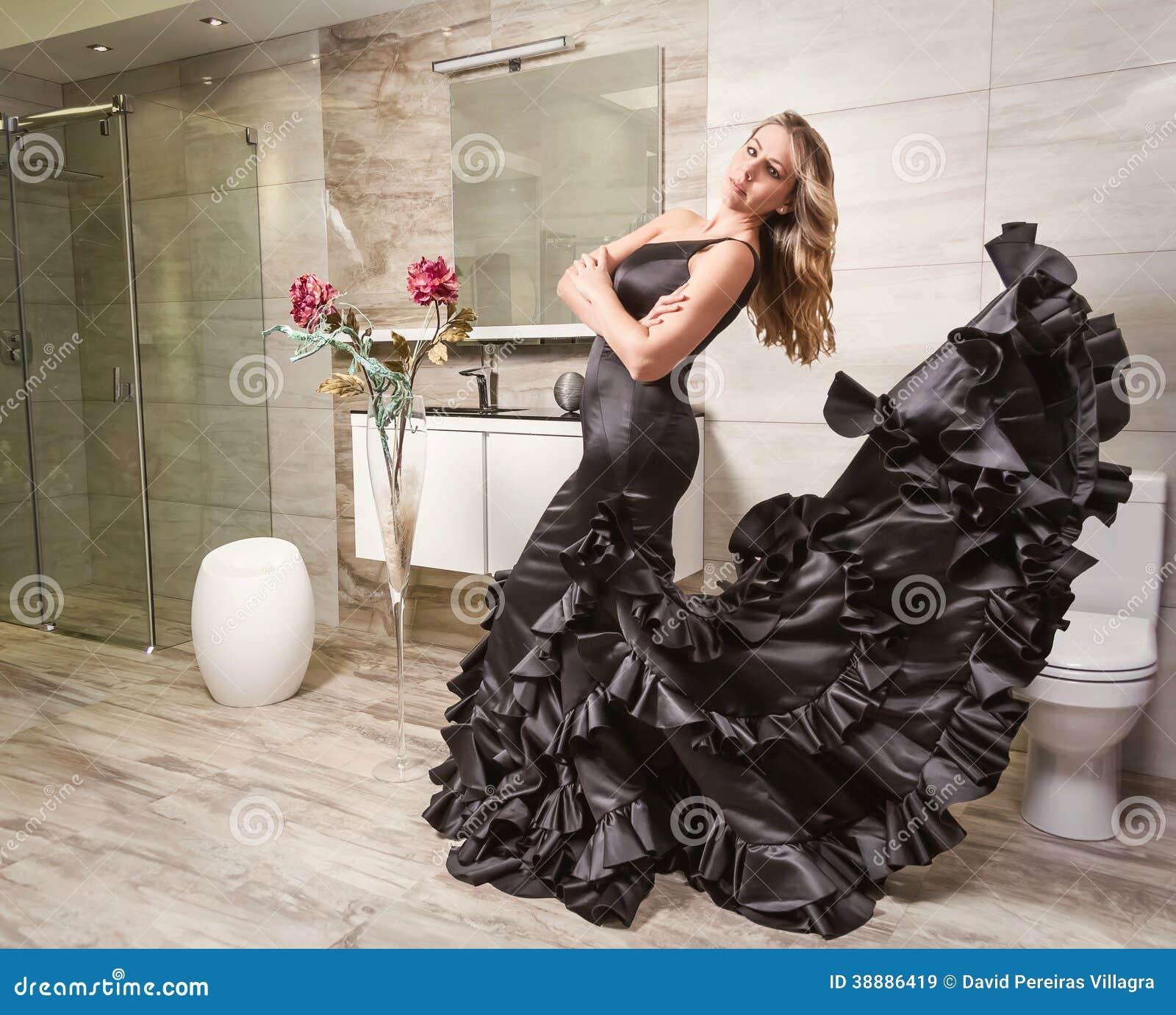 Ragazza con il vestito spagnolo da flamenco in un bagno immagine stock immagine di vestito - Bagno in spagnolo ...