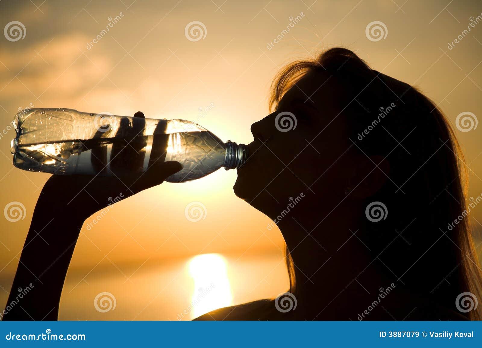 Ragazza con la bottiglia